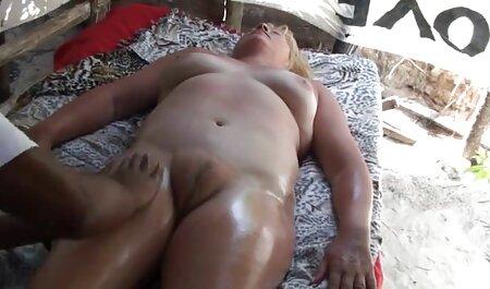 Người phụ nữ già đã say rượu, bắt đầu thủ dâm trên sec thu dit nguoi cái võng.