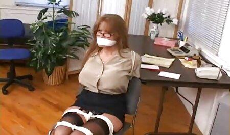 Một người da Đen cô gái xem sec ngua dit nguoi tóc vàng trong phòng ngủ.