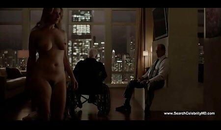 Một râu đàn ông béo, một sec nguoi choi cho người phụ nữ trên một chiếc ghế.