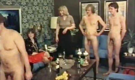 Một người phụ nữ trong một phim sec nguoi du ngua chiếc váy bằng.