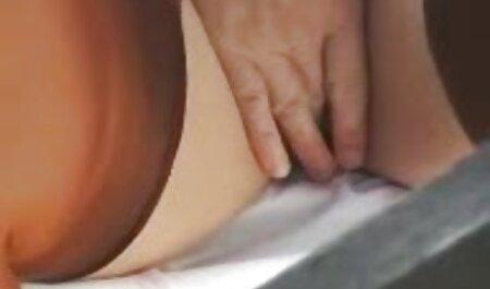 Một đám đông của người da đen chiên một phim sec thu du nguoi người phụ nữ trong miệng và ăn trên giường.