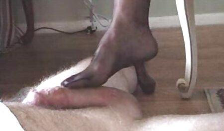 Một phụ nữ da đen trong các diễn xuất mất trắng dương sec nguoi dit cho vật trong miệng.